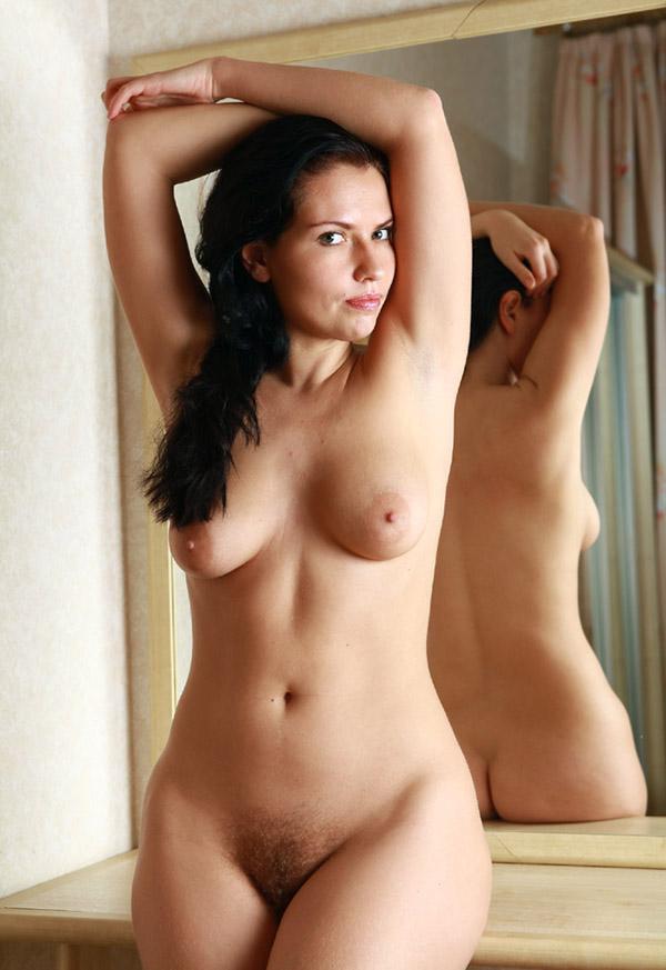 Привлекательная брюнетка голышом перед зеркалом 9 фото
