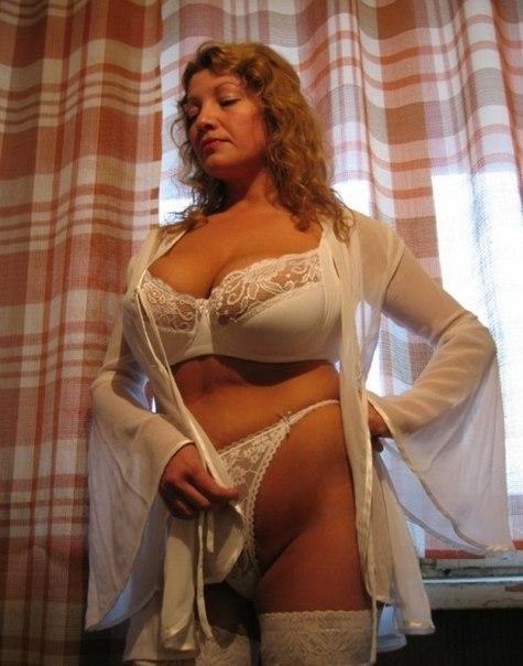 Сексуальные мамочки дразнят мужиков голыми титьками 10 фото