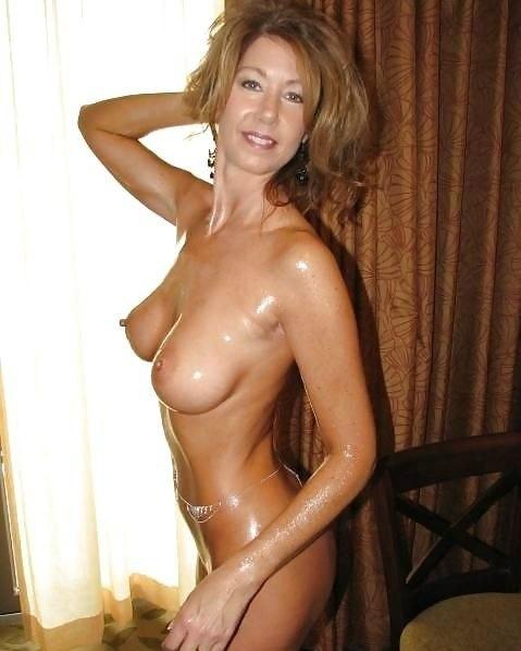 Сексуальные мамочки дразнят мужиков голыми титьками 18 фото
