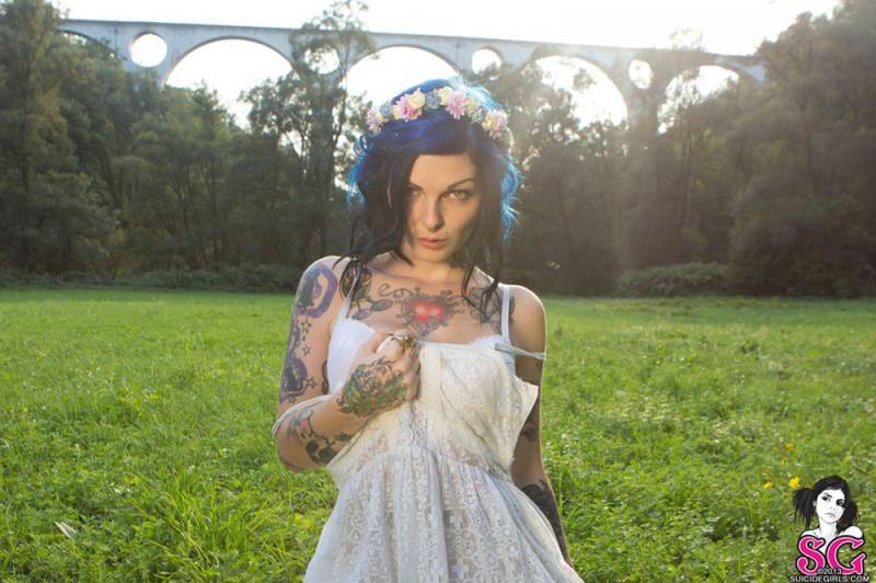Татуированная  красотка позирует голышом перед камерой на природе 37 фото