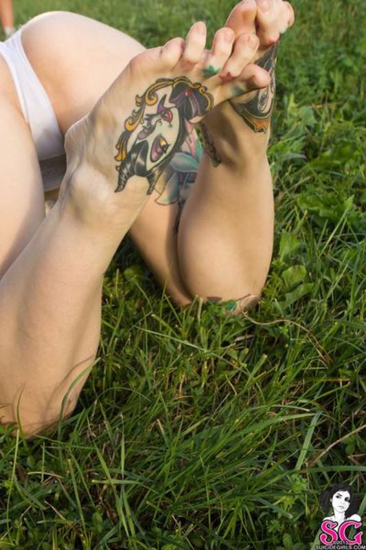 Татуированная  красотка позирует голышом перед камерой на природе 34 фото