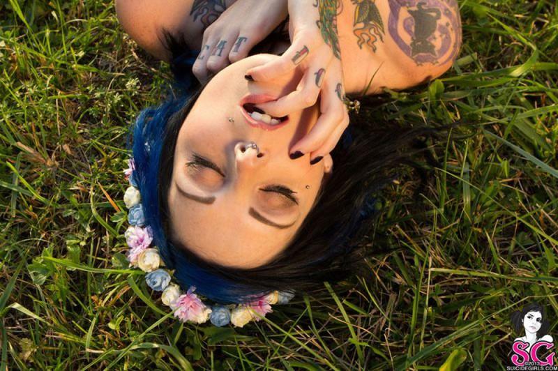 Татуированная  красотка позирует голышом перед камерой на природе 25 фото