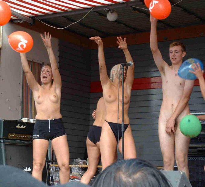 В сеть попали снимки голых американок на фестивале 3 фото