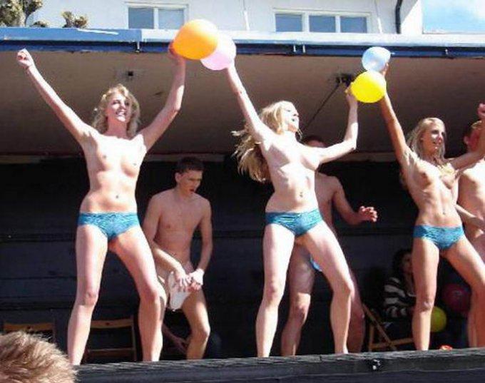 В сеть попали снимки голых американок на фестивале 2 фото