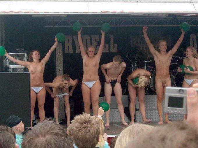 В сеть попали снимки голых американок на фестивале 12 фото