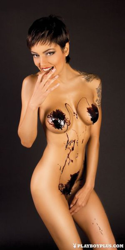Коротко стриженная модель в шоколаде демонстрирует упругие сиськи 17 фото