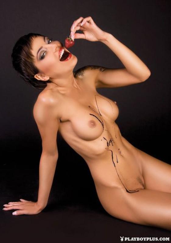 Коротко стриженная модель в шоколаде демонстрирует упругие сиськи 14 фото