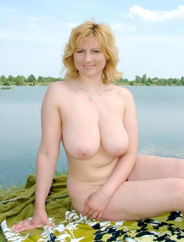 Зрелая женщина с волосатой киской на пляже голышом 8 фото
