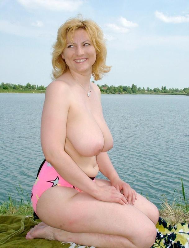 Зрелая женщина с волосатой киской на пляже голышом 4 фото
