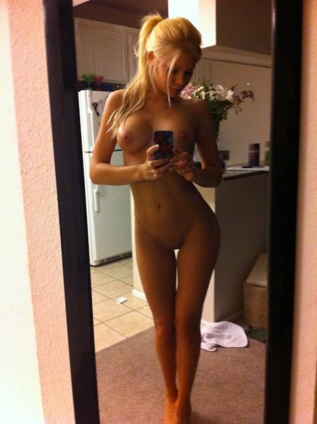 Красивые девушки с большой грудью делают селфи в зеркале 26 фото