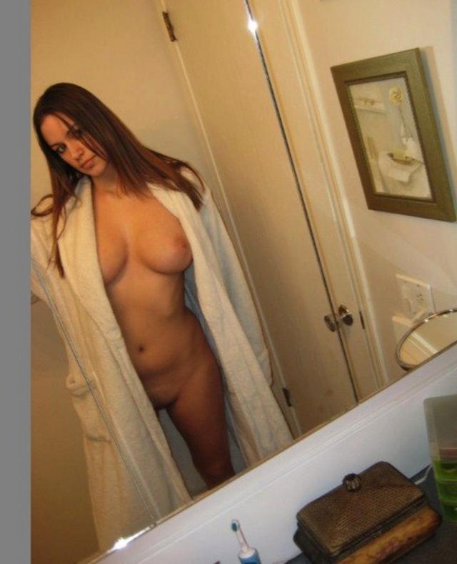 Красивые девушки с большой грудью делают селфи в зеркале 14 фото