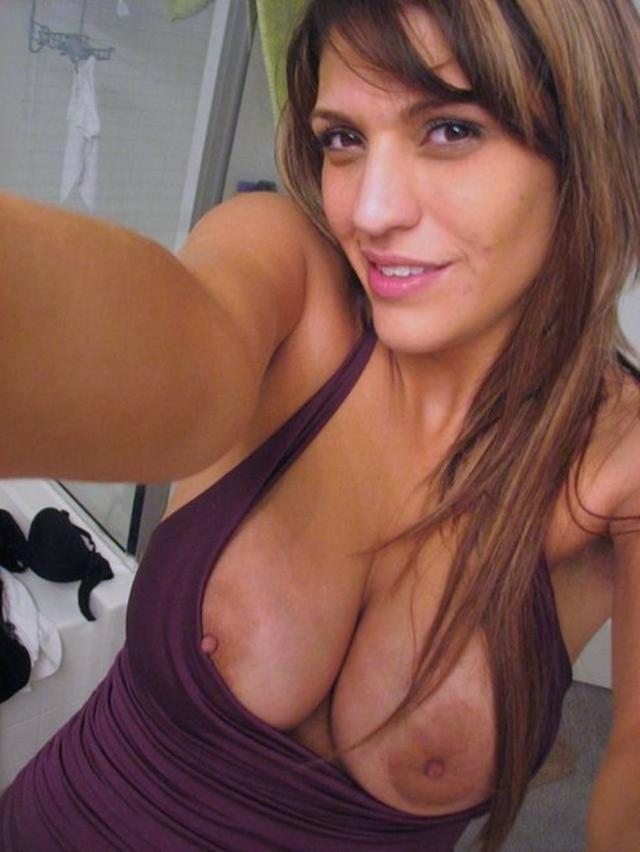 Красивые девушки с большой грудью делают селфи в зеркале 10 фото