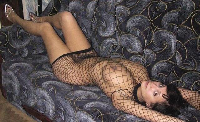 Длинноволосая брюнетка в чулках расставила ноги на кровати 34 фото