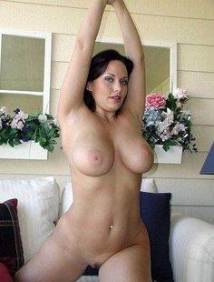 Мамочки с большой грудью откровенно позируют без одежды