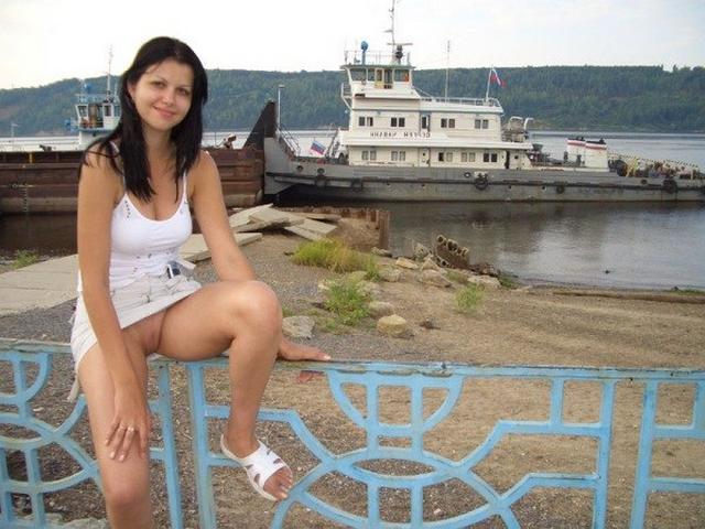 Красотки расставляют ноги и показывают письки под юбкой 2 фото