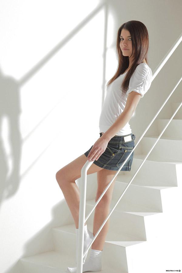Худенькая брюнетка в белых носках разделась у лестницы 1 фото