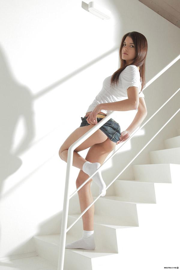 Худенькая брюнетка в белых носках разделась у лестницы 3 фото