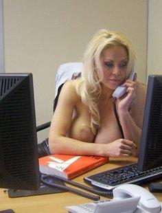 Секретарша показала большие сиськи на рабочем месте