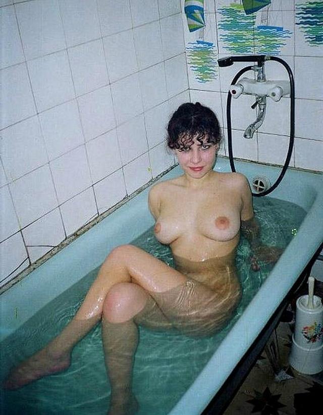 Голые баловницы принимают ванную и купаются в душе 1 фото
