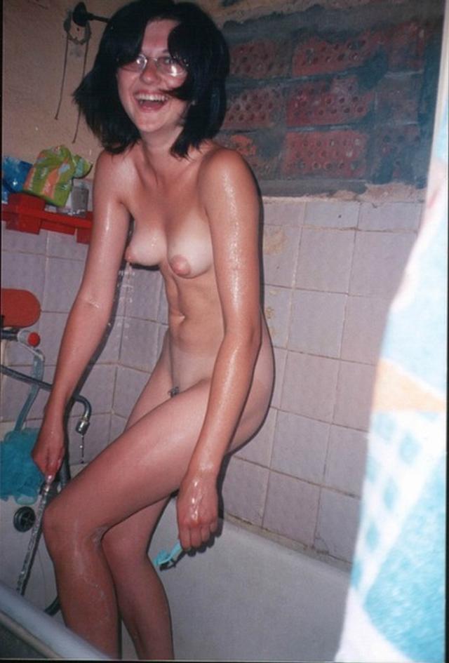Голые баловницы принимают ванную и купаются в душе 21 фото