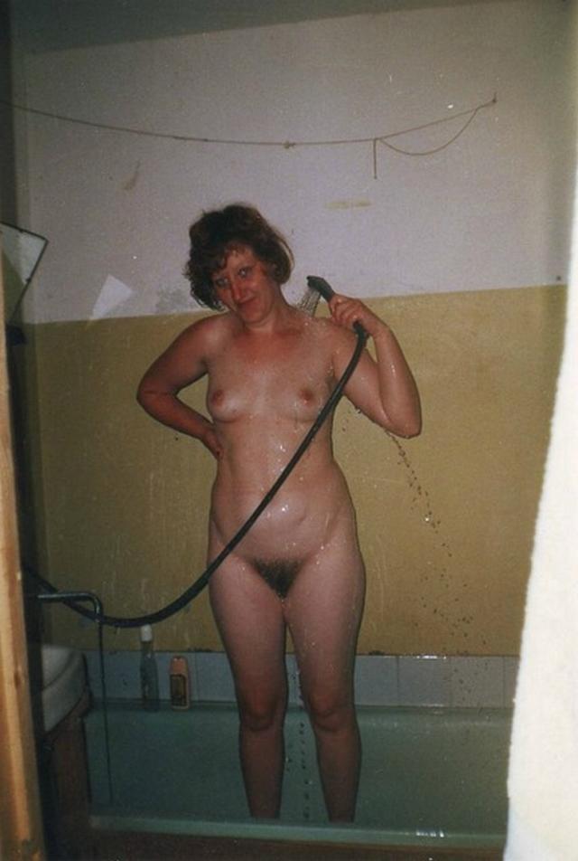 Голые баловницы принимают ванную и купаются в душе 12 фото