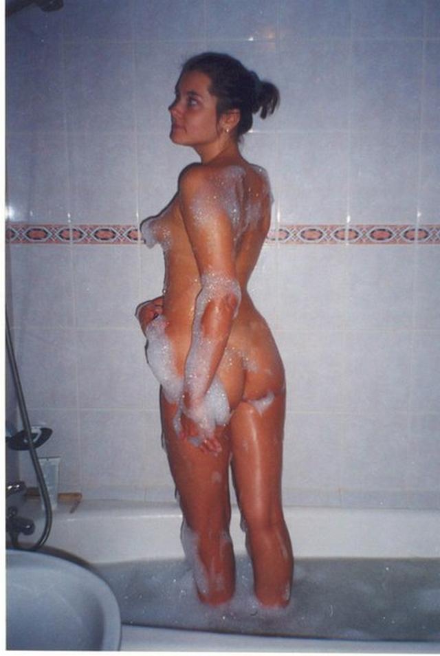 Голые баловницы принимают ванную и купаются в душе 16 фото