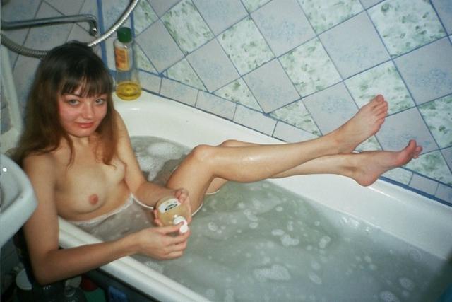 Голые баловницы принимают ванную и купаются в душе 34 фото