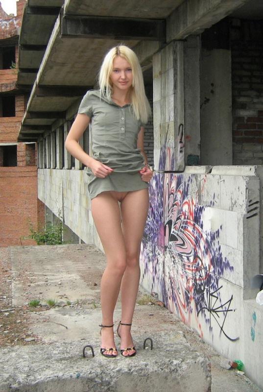 Блондинка с маленькими сисями оголилась в заброшенном доме 10 фото