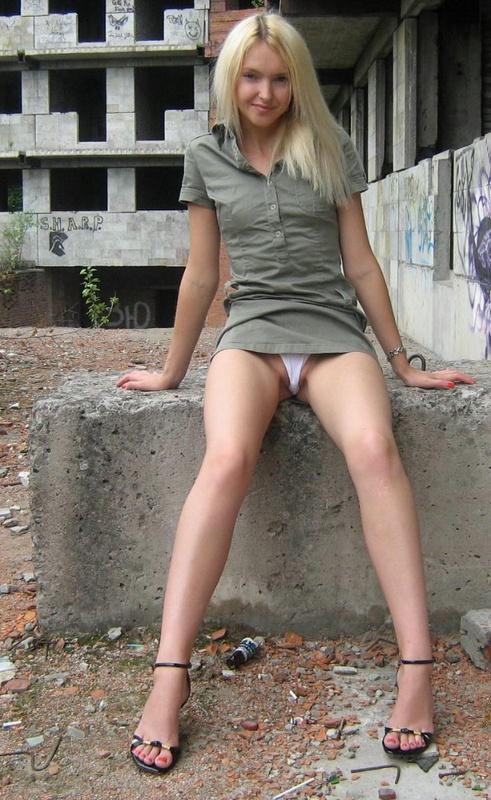 Блондинка с маленькими сисями оголилась в заброшенном доме 3 фото