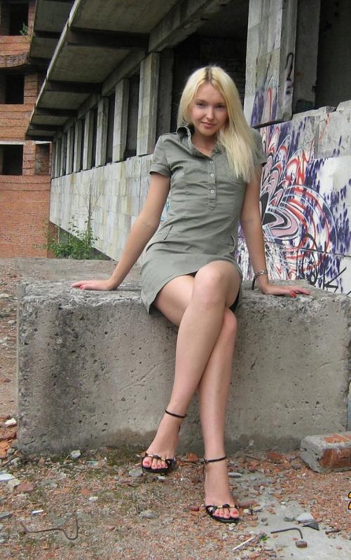 Блондинка с маленькими сисями оголилась в заброшенном доме 2 фото