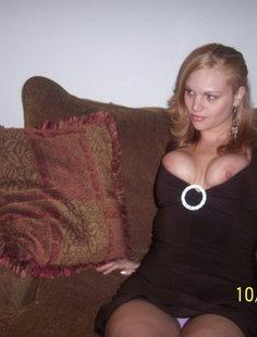 Пошлячка одела тесное платье и у нее вывалились огромные сиськи