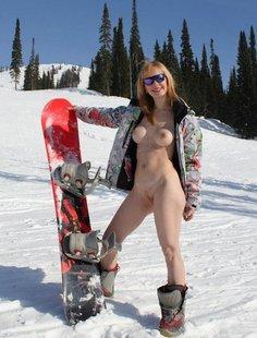 Голая девушка на горнолыжном курорте