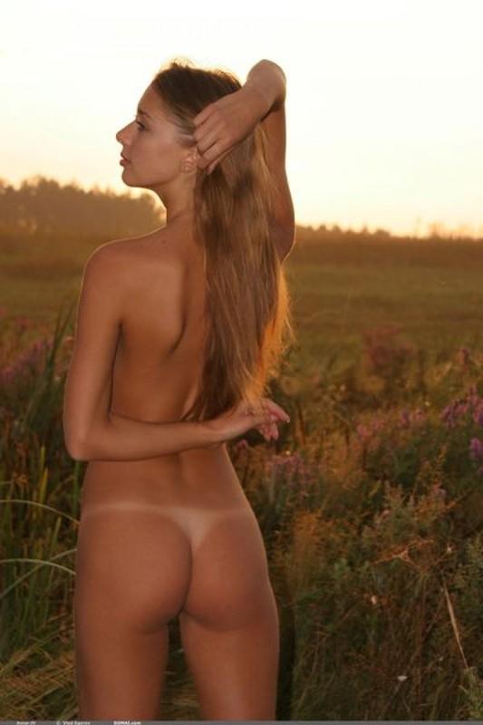 Голенькая нимфоманка позирует на закате в поле 21 фото