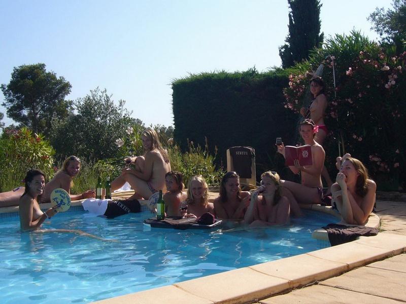 Пьяные студентки из Штатов купаются в бассейне голышом после вина 1 фото