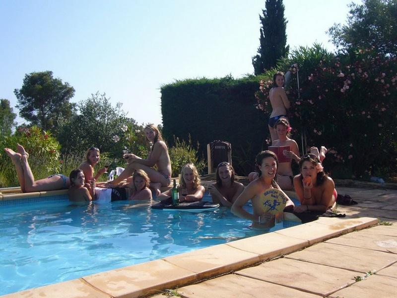 Пьяные студентки из Штатов купаются в бассейне голышом после вина 6 фото