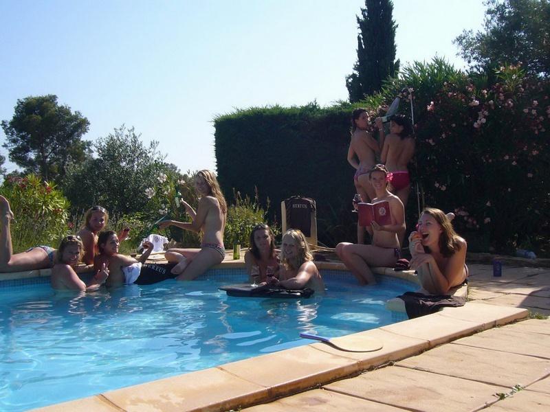 Пьяные студентки из Штатов купаются в бассейне голышом после вина 3 фото
