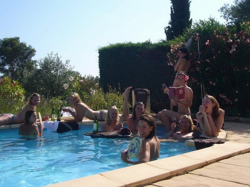 Пьяные студентки из Штатов купаются в бассейне голышом после вина 2 фото