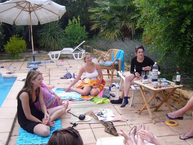 Пьяные студентки из Штатов купаются в бассейне голышом после вина 5 фото