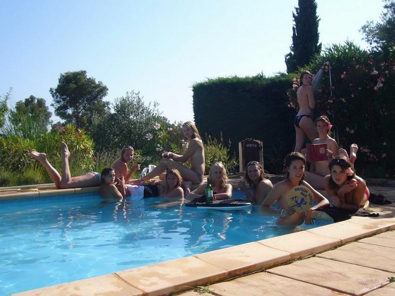 Пьяные студентки из Штатов купаются в бассейне голышом после вина 7 фото