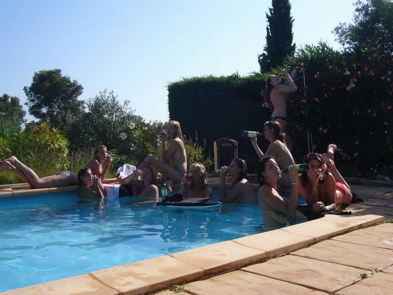 Пьяные студентки из Штатов купаются в бассейне голышом после вина 8 фото