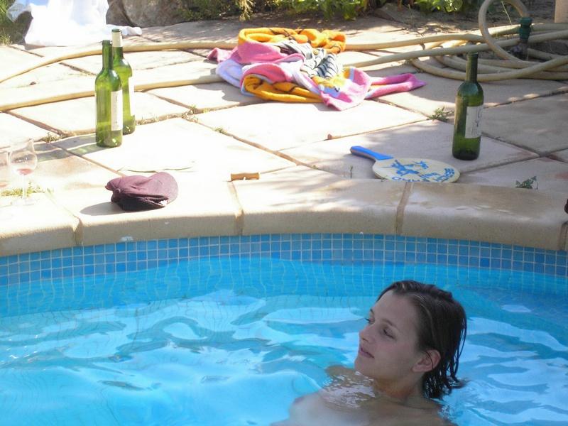 Пьяные студентки из Штатов купаются в бассейне голышом после вина 19 фото