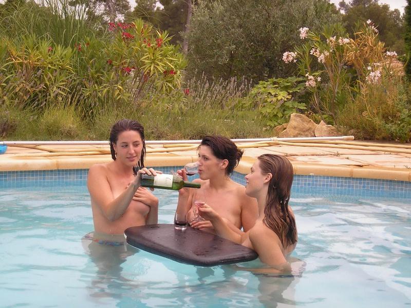 Пьяные студентки из Штатов купаются в бассейне голышом после вина 16 фото