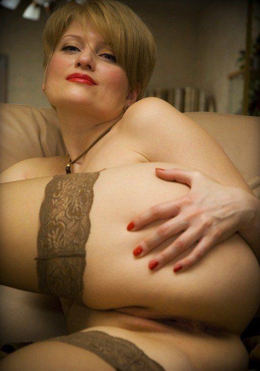 Жена купила новые чулки и голая показывает их мужу 5 фото