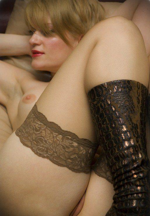 Жена купила новые чулки и голая показывает их мужу 4 фото
