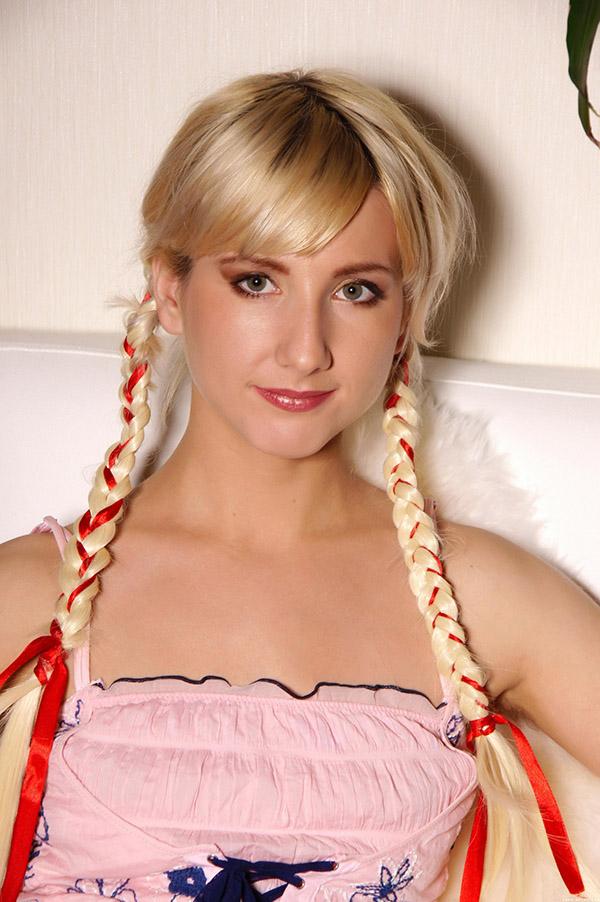 Блондинка с косичками хвастается большим клитором 2 фото