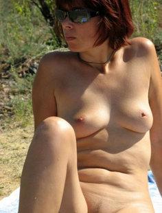 Женщина голышом отдыхает на речке