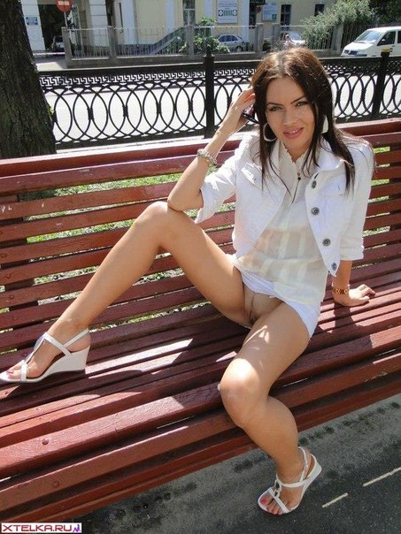 Худенькая брюнетка показывают голую киску в общественных местах 1 фото