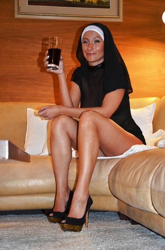Сиськастая монашка в полупрозрачной одежде 9 фото