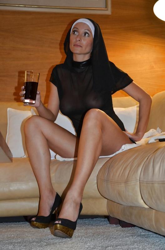 Сиськастая монашка в полупрозрачной одежде 8 фото