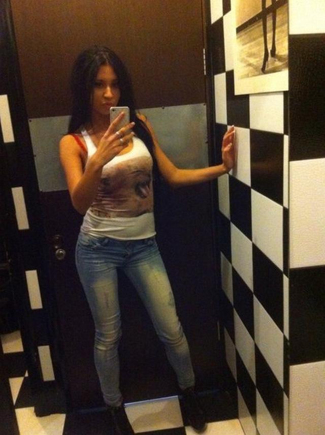 Давалка из Киева красуется титьками и попкой в соцсетях 13 фото